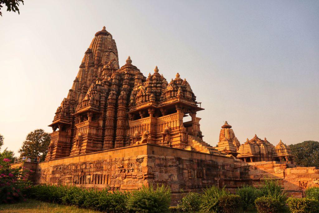 INDIEN – KHAJURAHO & VARANASI